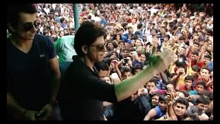 Shah Rukh Khan watches HNY with fans - BOLLYWOODCOUNTRY