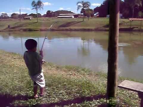 criança pesca uma  pirarara