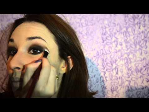 Olho escuro rápido com batom roxo (maquiagem para o inverno).