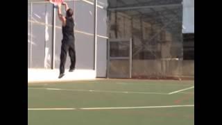 مكسيم خليل يكشف عن مهاراته في لعب كرة السلة.. بالفيديو