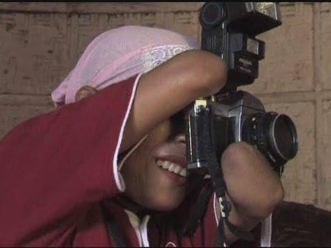 فيديو امرأة تحترف التصوير رغم ذراعيها المبتورتين