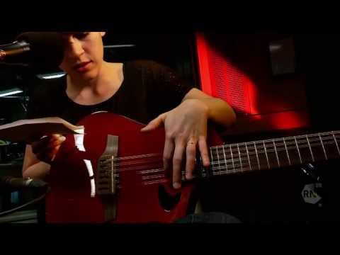 Guitarist Kaki King performs 'Fences' and 'Streetlight in the Egg' [HD] Inside Sleeve, ABC RN