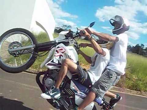 Um dia de lazer empinando moto.