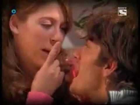 Floricienta Max le regala una nuez a Flor
