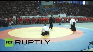 ستيفن سيغال يعرض مهاراته خلال مباريات البطولة الروسية للقتال الأعزل في ساراتوف (فيديو)