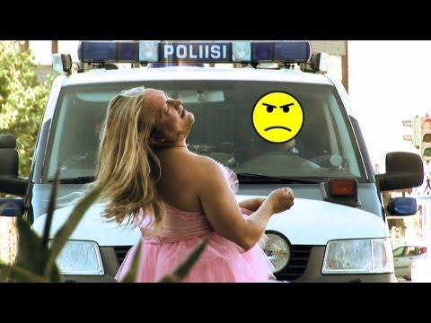 Grubas w sukience rozjuszył policjantów