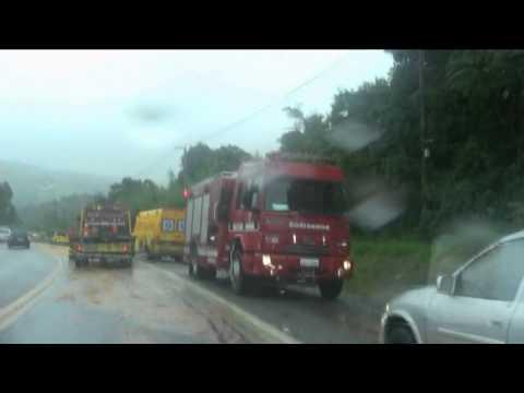 Óleo na pista causa capotamento na Raposo Tavares em São Roque