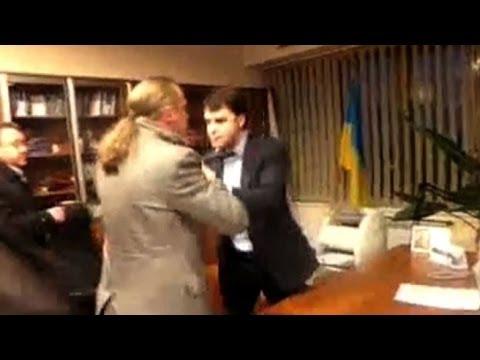 Video: Ucraina, deputati filo Usa/Ue picchiano direttore della Tv