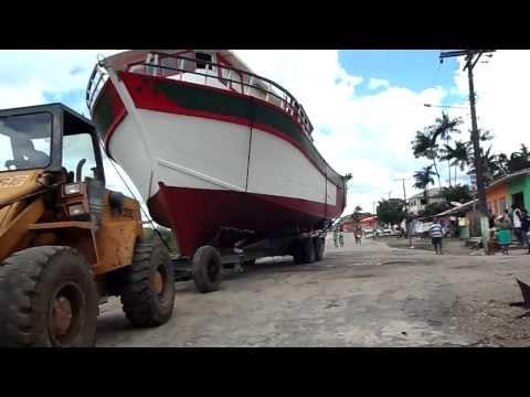 barco artezenal de madeira medindo 15 metros de comprimento