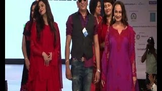Alia Bhatt's mom on ramp - IANS India Videos - IANSINDIA