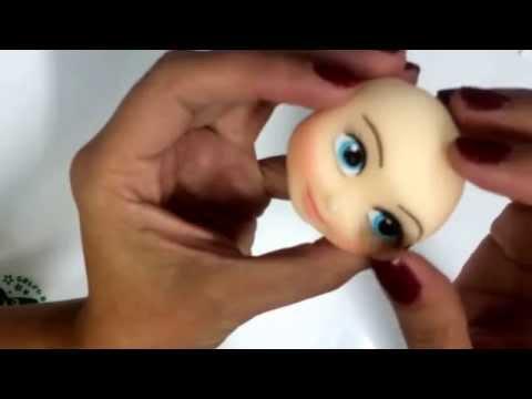 Bia Cravol ensinando a fazer e colocar cílios postiços em bonecos de biscuit