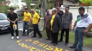 Demo di rumah Ambiga: Penganjur lelong petak penjaja view on youtube.com tube online.