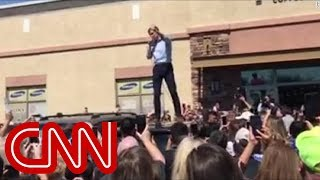 Beto O'Rourke campaigns from the top of a minivan - CNN
