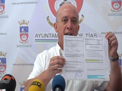 Pancho Hernández muestra documentos del FOMIT