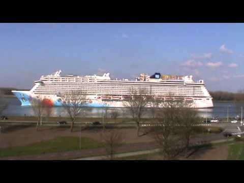 Cruiseschip passing Rozenburg