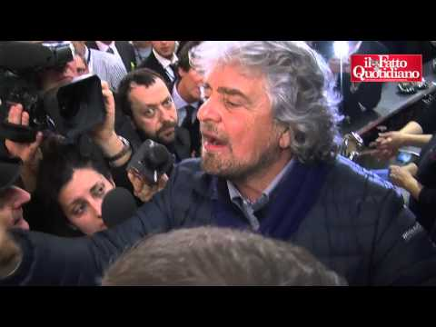 Grillo, il comizio all'Ariston sul red carpet di Sanremo contro la Rai, Video