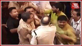 लालबाग के राजा के दरबार में पुलिस-स्वयंसेवकों की भिड़ंत  | Mumbai Metro - AAJTAKTV