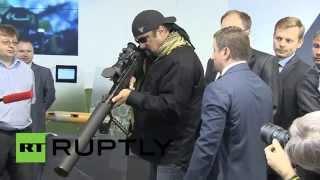 ستيفن سيغال .. القاسم المشترك بين السلاح الروسي والكوفية العربية (فيديو)