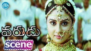 Varudu Movie Scenes - Allu Arjun Tries To Catch the Lorry || Allu Arjun, Bhanusri Mehra - IDREAMMOVIES