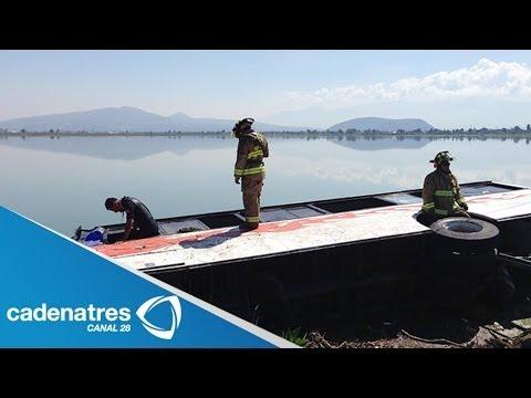 Cae autobús a la laguna de Xico en al carretera Tláhuac-Chalco
