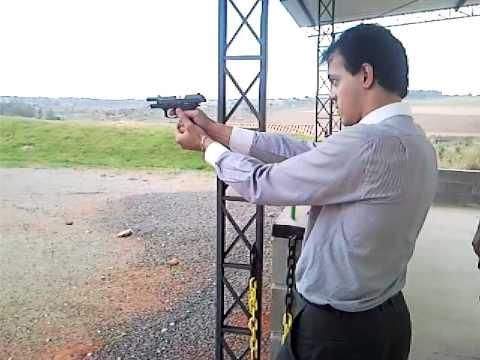 Luis Eduardo atirando com uma pistola 380