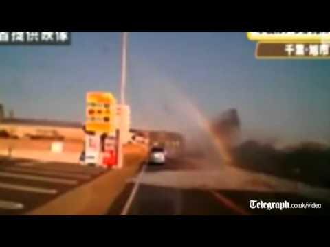 Une voiture frapp�e par une vague