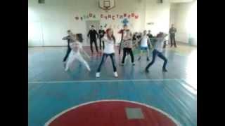 Прикольный танец от школьников.