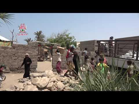 الهلال الأحمر الإماراتي يوزع مئات السلال الغذائية على المواطنين والنازحين في طور القطابا بالحديدة