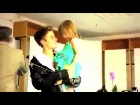 Justin Bieber and Jazzy Singing Boyfriend On The Plane -DJEyDbmpL_M