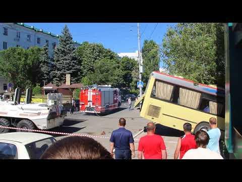 После массового ДТП автобус вытащили на дорогу при помощи БТР