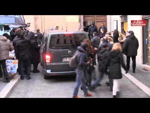 Video: Urla e lancio di uova contro Berlusconi presso la sede del PD