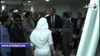 بالفيديو.. محافظ مطروح يقرر علاج مسن وطفل على نفقة المحافظة.. وصرف مكافآت لأطباء مستشفى الحمام