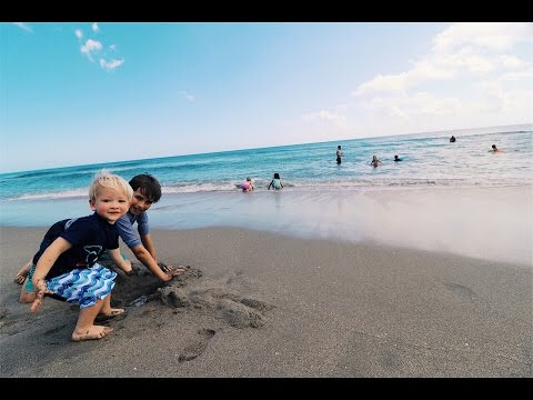 Kids play in the Ocean (1st TIME)