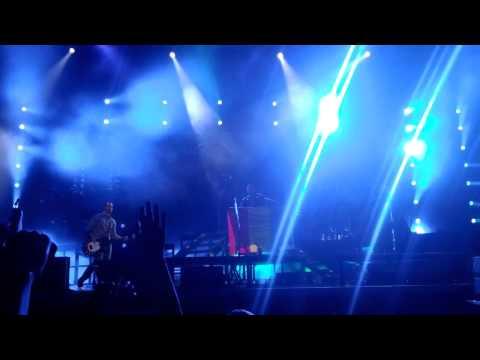 Linkin Park  Bucuresti  Mike Shinoda in mijlocul fanilor  super super tare