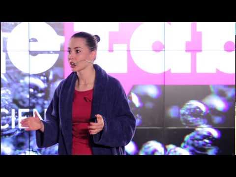 Joanna Bagniewska w finale krajowego FameLab opowiada o kurczących się jądrach.