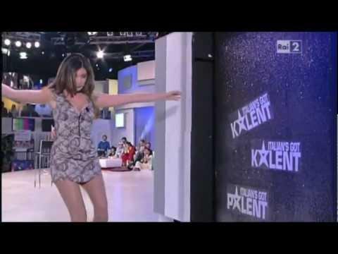 Virginia Raffaele imita Belen Rodriguez a Quelli che… (4 marzo 2012)