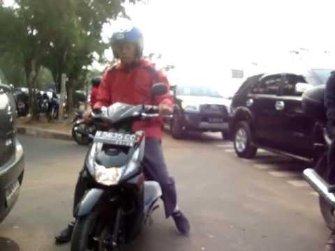 BODOHnya motorist Jakarta, Merusak Jalur Sepeda Banjir Kanal Timur