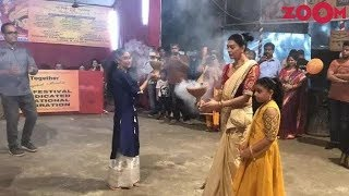 Sushmita Sen performed 'Dhunuchi Nacch' with her daughters and more | Bollywood News - ZOOMDEKHO