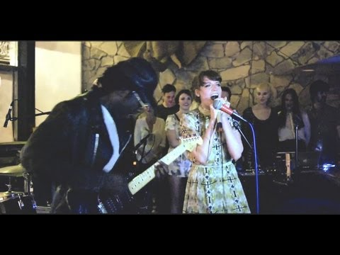 "Florence & The Machine and Dev Hynes Perform Green Day's ""Hitchin' A Ride"""