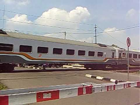 Kereta Api Taksaka melintas Cirebon