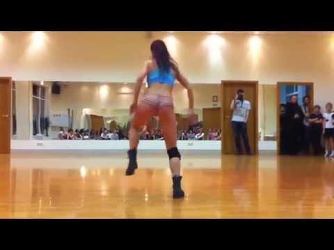 Откровенный танец попой Battle of Twerk between sexy girls !