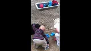 Video Lucu Bayi Peluk Seekor Kambing SUMBER: WARTAGUE.COM