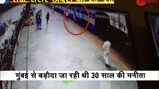 Khabar 20-20: Woman falls in an attempt to board a running train in Mumbai's Central railway station - ZEENEWS