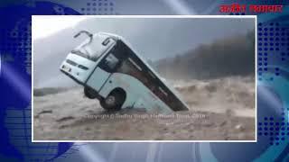 video:हिमाचल प्रदेश: भारी बारिश का कहर  कुल्लू-मनाली में सैलाब के आगे बेबस दिखे बस-ट्रक