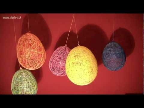 Balony, baloniki, jajka wielkanocne, pisanki z nitek i do tego kot