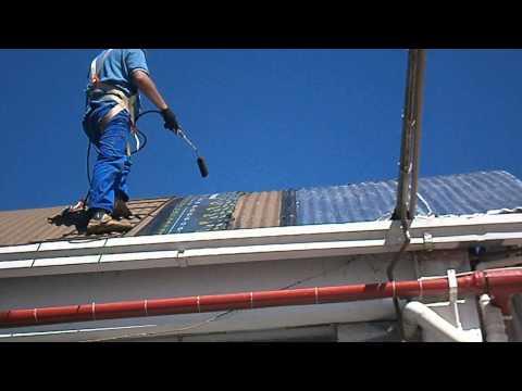 Robson colocando manta em telhado