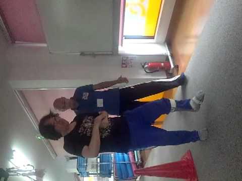 2012脳溢血後遺症杖無し歩行訓練パイロン回り