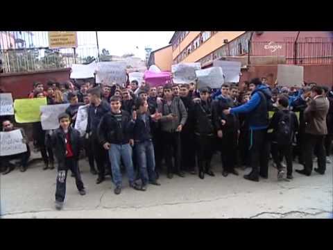 Öğrenciler, bıçaklanan öğretmenleri için eylem yaptı