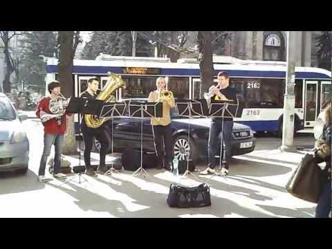 Юные трубадуры в центре Кишинёва