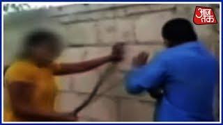 बैंक मैनेजर को महिला ने हाथ-पैर, चप्पल-डंडे से पीटा, Video वायरल - AAJTAKTV